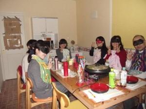 鍋が出来上がるまでアイマスクをして待ちます
